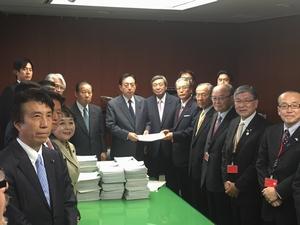 署名簿と要望書を提出(太田大臣室にて)