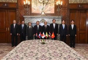 左から 林議運委員長、フンセン首相、トンシン首相、大島議長、ティン・セイン大統領、プラユット首相、ズン首相、川端副議長