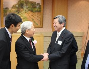 歓迎の握手(議長公邸にて)