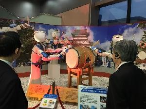 (ロボット村を視察)