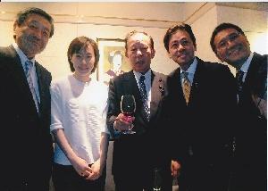 (左から林、石川佳純選手、二階会長、宮内議員、伊藤議員)