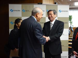 (グリア事務総長と握手)