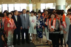 (全国のおかみさん達と林大臣。向かって左隣は二階総務会長)