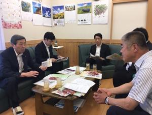 (IHSで石井代表(右)のお話を伺う林大臣(左))