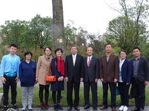 2011年植樹式での記念木前にて