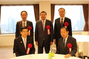 前列左から石井国交大臣、二階幹事長 後列左から西岡広川町長、林代議士、濱口ヤマサ社長
