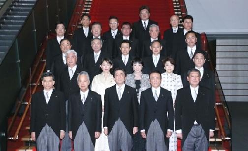 首相官邸での閣僚集合写真